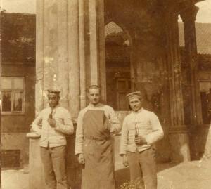 Kilka ujec Prusaków przed portykiem, 1915