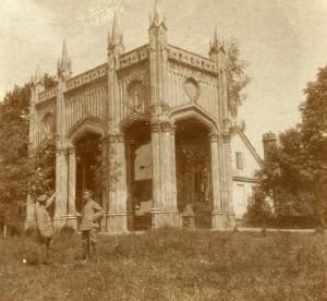 Portykl i dworek karcowa, w tle widoczna wieża a na pierwszym planie Pruscy kawalerzysci