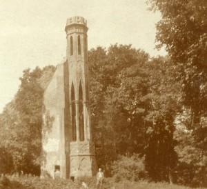 Wieza i kilka ujec Prusaków przed portykiem, 1915